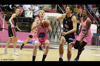 Claire Stiévenard devance Natasa Popovic dans le match Arras-Reims