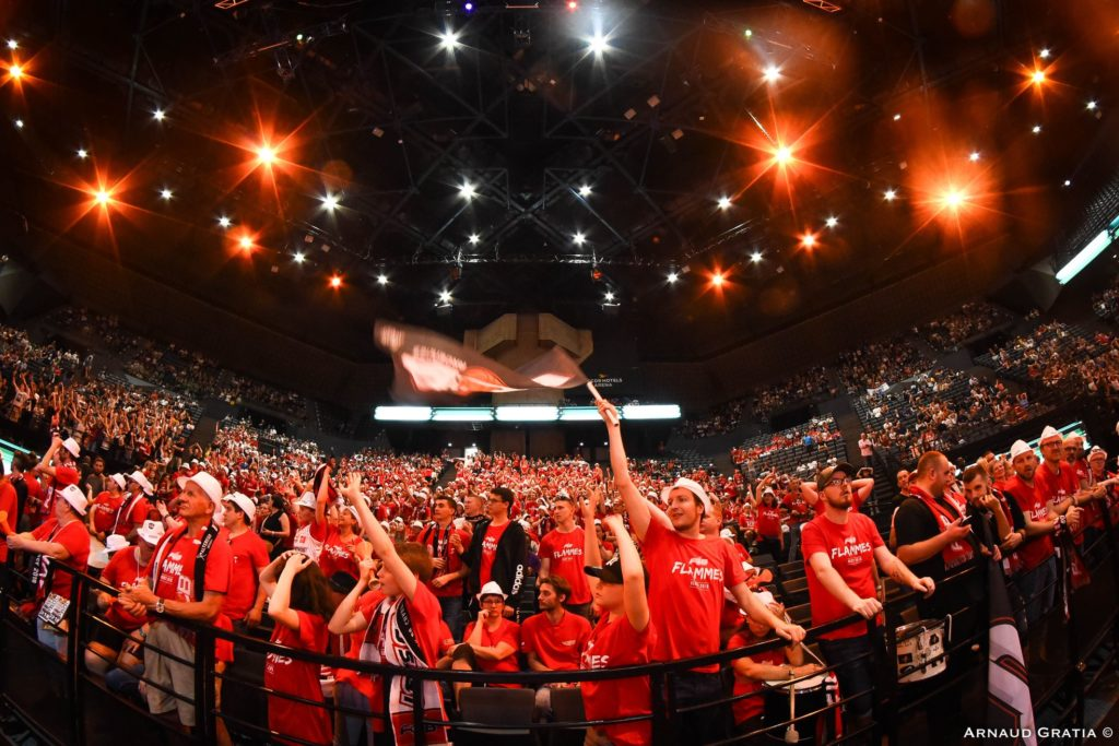Les supporters des Flammes Carolo à Bercy