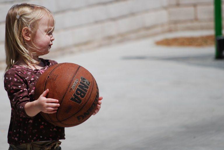 petite fille avec ballon de basket