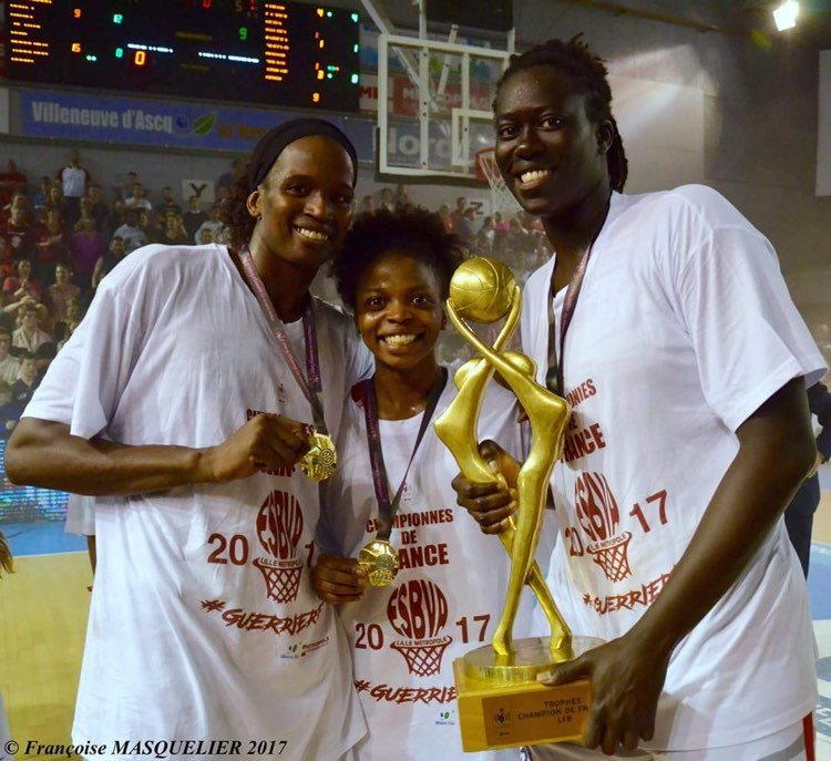 Olivia Epoupa, Mame Sy-Diop et Aby Gaye avec le trophee