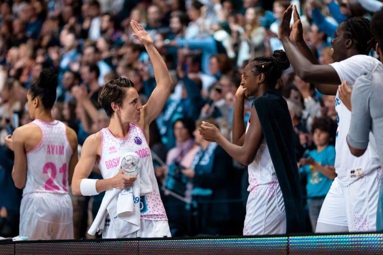 Celine Dumerc et Migna Touré savourent la qualification qui se dessine en quart de finale d'Eurcocup 2019-20, en fin de match Basket Landes vs Ormanspor