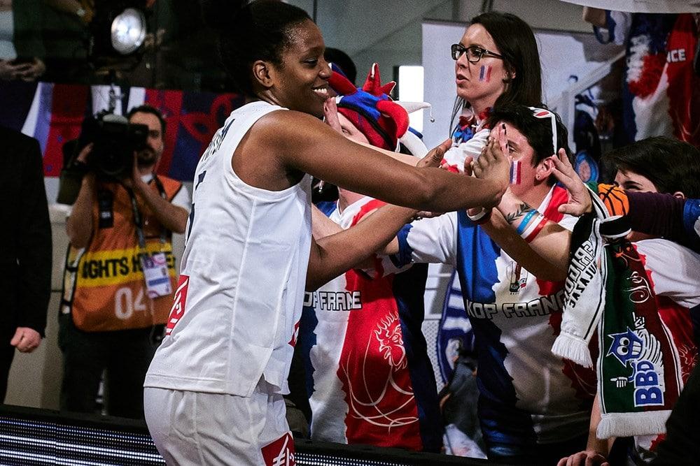 Endy Miyem salue le Kop France à l'issue de la victoire de l'Equipe de France face à l'Australie au TQO 2020