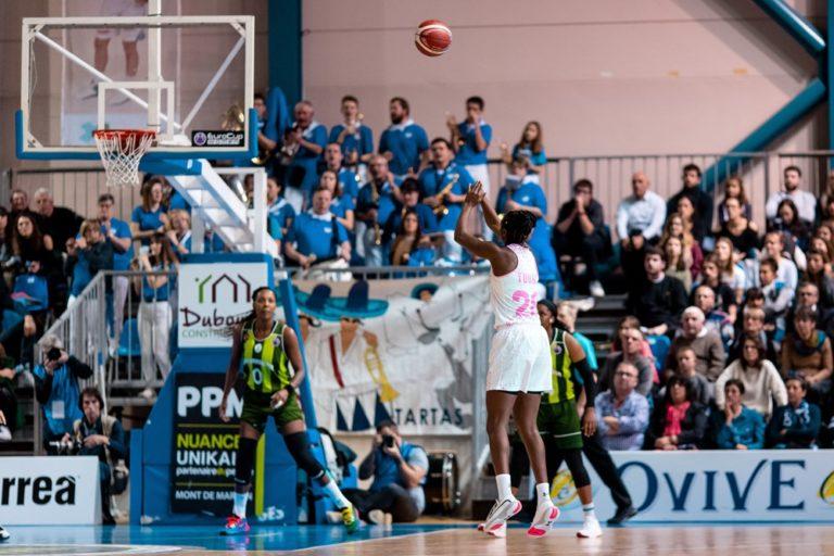 Tir à 3 points de Migna Touré devant la banda Los Picaros de Tartas, dans le match Basket Landes vs Ormanspor en 1/8 de finale de l'Eurocup 2019-20