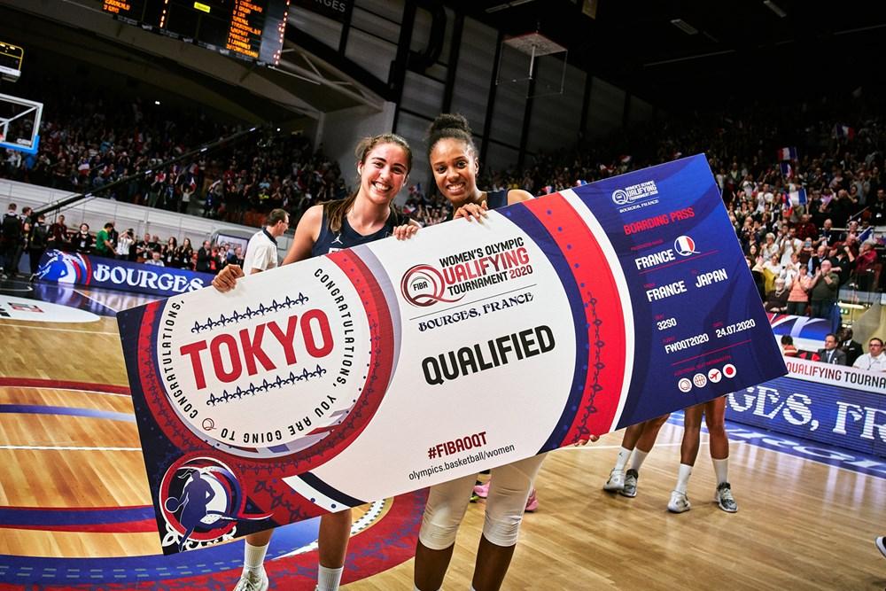 Marine Fauthoux et Iliana Rupert brandissant le ticket pour les JO de Tokyo lors du TQO de Bourges 2020